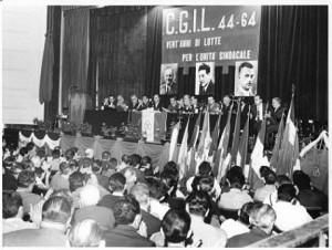 Manifestazione celebrativa Cgil: sul palco i ritratti di Achille Grandi, Giuseppe Di Vittorio, Bruno Buozzi, 1964, fotografia di Silvestre Loconsolo, Archivio del Lavoro, Sesto San Giovanni.