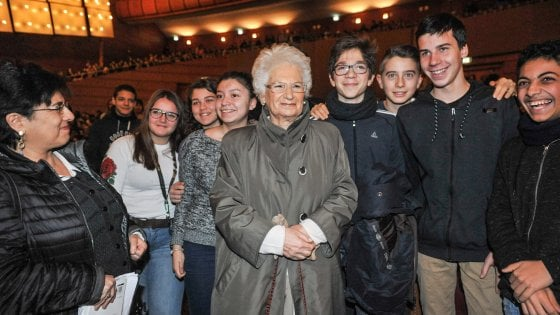 Liliana Segre con alcuni studenti della scuola secondaria